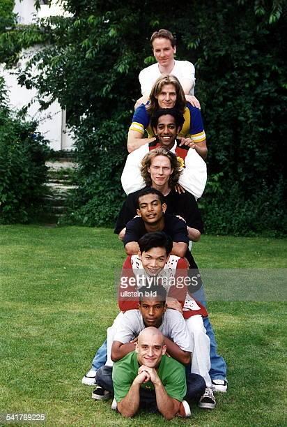 Kabarettist D mit den Mitgliedern der GruppeCircus United vo Ansgar Andreas Daniel SammyKine Tuan Michael und Jojo 1997