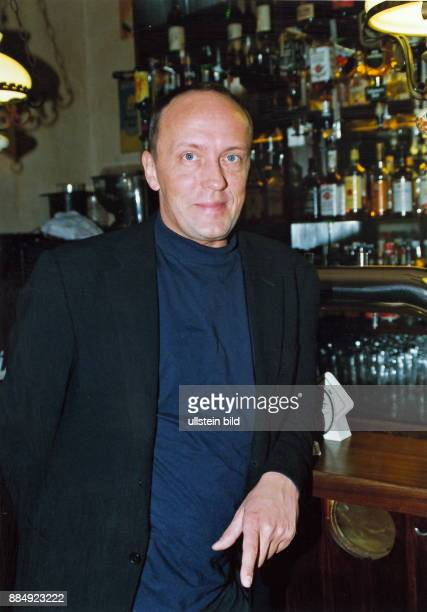 1955 Kabarettist D Porträt am Tresen