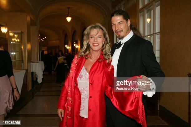 """Kabarettistin Schauspielerin Lisa Fitz Und Freund Peter Knirsch Bei Der Verleihung Des """"Corine - Internationaler Buchpreis 2005"""" Im..."""