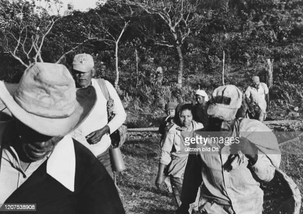 Kaffeepflücker auf dem Weg in die Kaffee Plantage am 20. Februar 1985 in Nicaragua 2:2