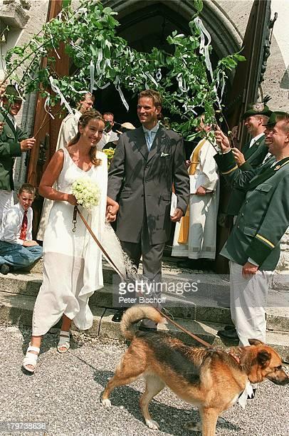 Kai Böcking mit Ehefrau Angela Barzen Hochzeit MariaHimmelfahrtKirche/Bad Wiessel/amTegernsee Schützen stehen Spalier Hund