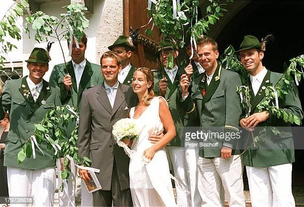 Kai Böcking mit Ehefrau Angela Barzen Hochzeit MariaHimmelfahrtKirche/Bad Wiessel/amTegernsee Schützen stehen Spalier HundBrautstrauß