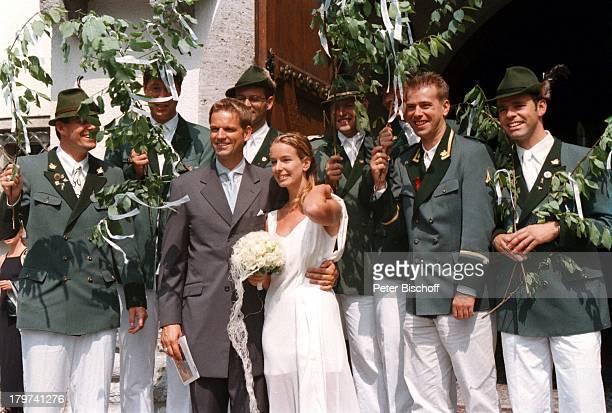 Kai Böcking und Angela Barzen mit GästenKirche Maria Himmelfahrt Hochzeit vonKai Böcking und Angela Barzen Bad Wiesselam Tegernsee Braut...