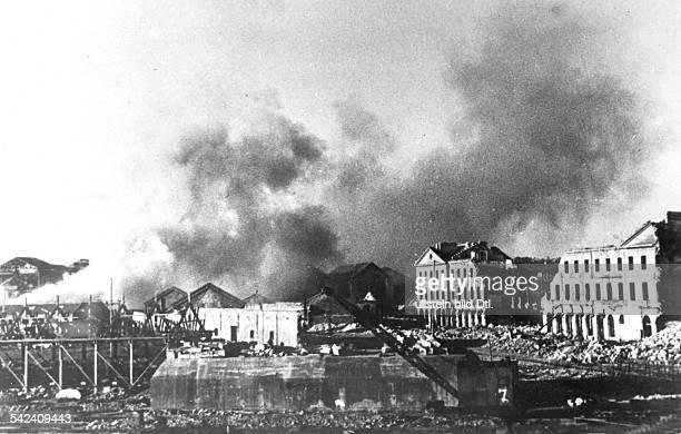 Kai und Hafenanlgen von Cherbourg wurdenvon der Wehrmacht zerstört um dasAusladen von Kriegsmaterial für dieAlliierten unmöglich zu machen Juli 1944