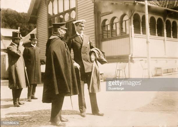 Kaiser Wilhelm II stands next to King Haakon VII of Norway 1914
