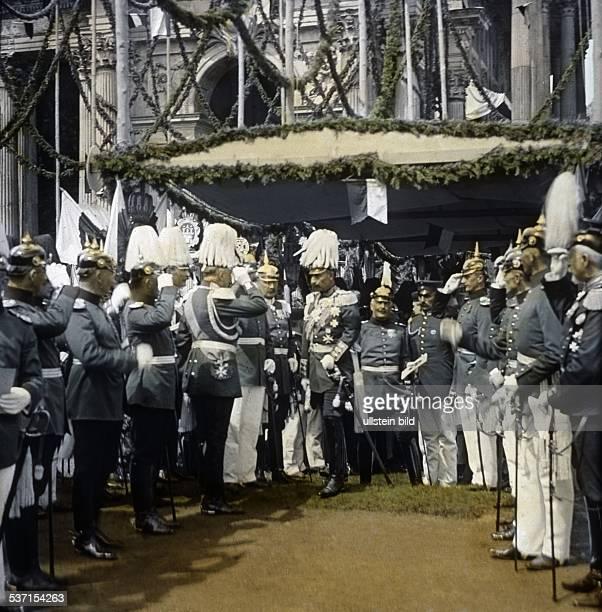 Kaiser Wilhelm in einer Gruppe mit Offizieren zu Pfingsten beim Schrippenfest am Speisezelt
