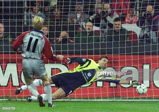 LEAGUE 98/99 VIERTELFINALE Kaiserslautern 1 FC KAISERSLAUTERN FC BAYERN MUENCHEN 04 Stefan EFFENBERG/BAYERN verwandelt einen Elfmeter gegen TORWART...