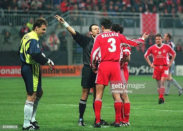 Kaiserslautern 1FC KAISERSLAUTERN FC BAYERN MUENCHEN 04 Schiedsrichter MEIER gibt Elfmeter fuer Bayern Muenchen Torwart Andreas Michael BALLACK...