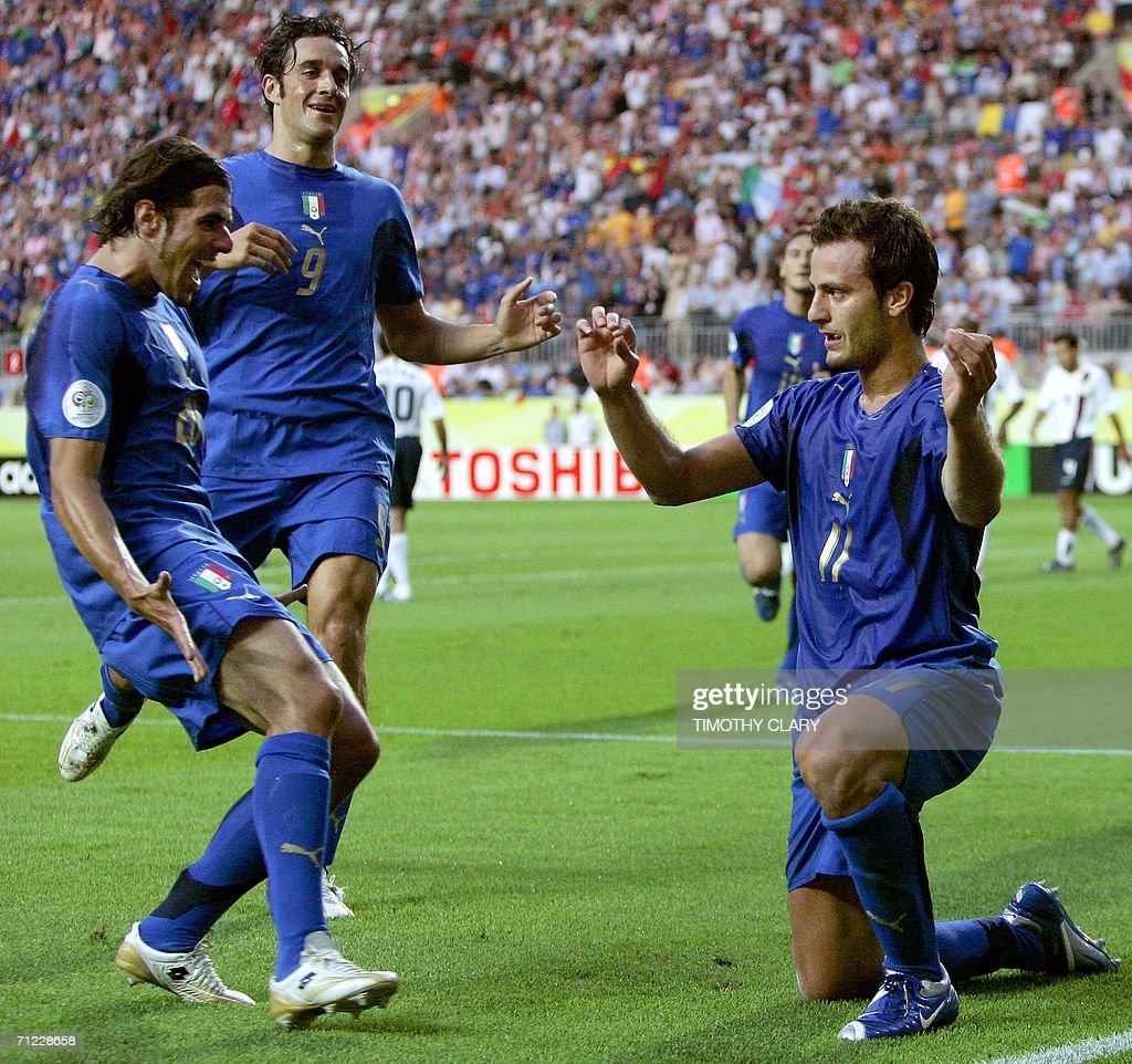 Italian forward Alberto Gilardino (R) ju : ニュース写真