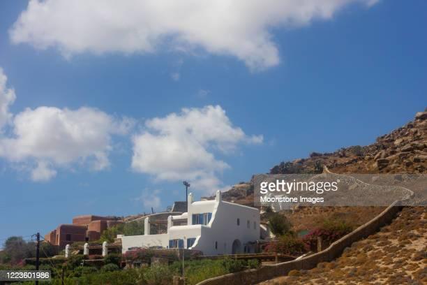kalafatis beach in mykonos, griekenland - ver a hora stockfoto's en -beelden