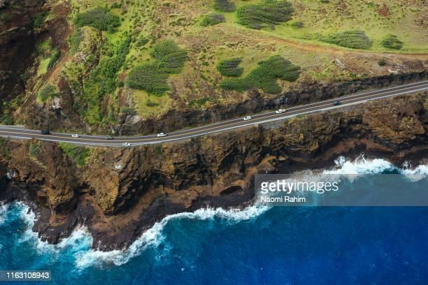 kalanianaole highway hugs the rugged coastal cliffs near honolulu, hawaii - lugar famoso local fotografías e imágenes de stock
