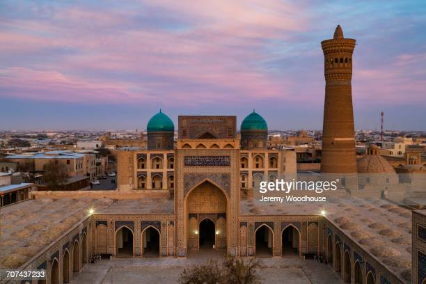 kalon mosque and minaret at dusk, bukhara, uzbekistan - oezbekistan stockfoto's en -beelden