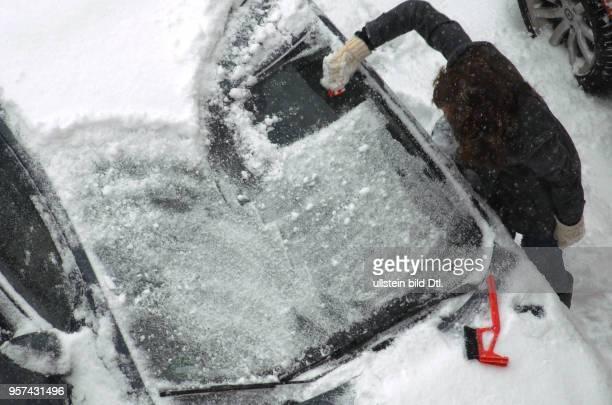 Kalt erwischt am Morgen auf dem Weg zur Arbeit zuvor muss das Auto von Schnee und Eis freigelegt werden