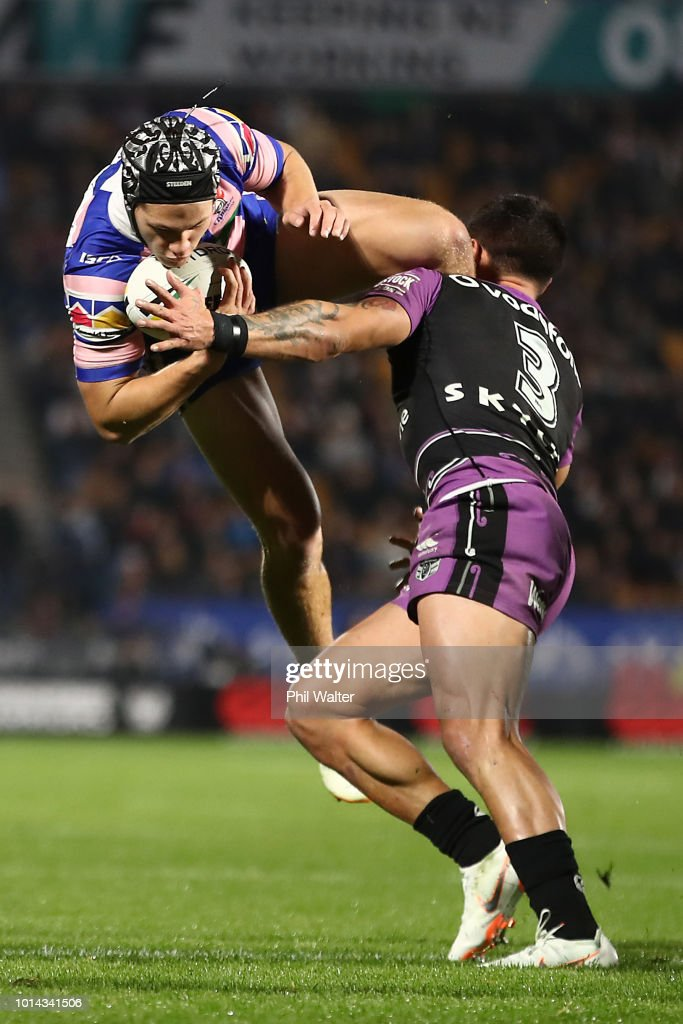Kalyn Ponga of the Knights is tackled with this high ball by Gerard Beale of the Warriors during the round 22 NRL match between the New Zealand Warriors and the Newcastle Knights at Mt Smart Stadium on August 10, 2018 in Auckland, New Zealand.