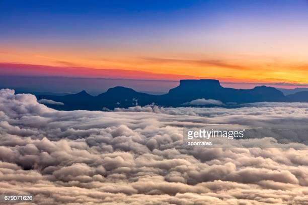 kamarata valley desde la cumbre de auyan tepuy venezuela - la gran sabana fotografías e imágenes de stock