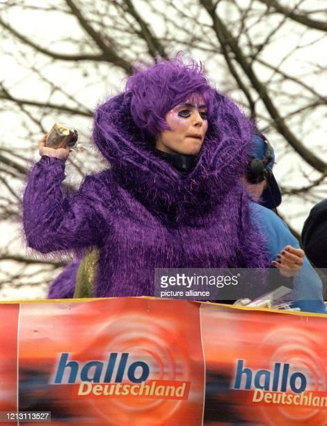 Kamelle wirft Heidi Klum am 5.3.2000 beim Karnevalsumzug unter die jubelnden Massen ihrer Heimatstadt Bergisch-Gladbach. In einem flauschigen...