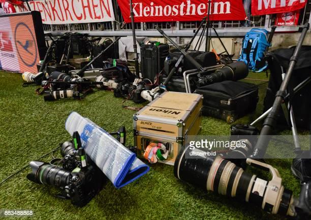 Kameras und Objektive der Sportgotografen liegen am Spielfeldrand waehrend dem Fussball Bundesliga Spiel FC Bayern Muenchen gegen Borussia...