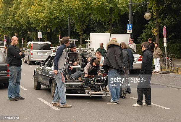 Kamera-Team im Kofferraum von Pkw, Mitglieder Dreh-Team, Dreharbeiten zum Internet-Musik-Video für Auto-Leasing-Kampagne mit J o h a n n e s H e e s...