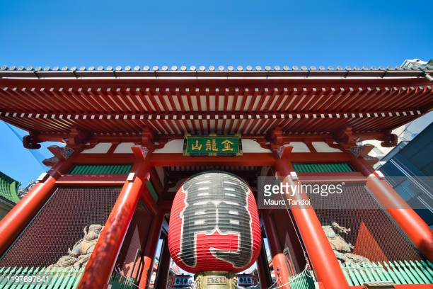 kaminarimon gate of sensoji temple in tokyo, japan - mauro tandoi stock pictures, royalty-free photos & images