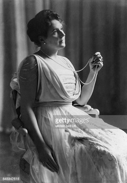 Kammersängerin Sängerinin einem Konzertkleid aus Seide mit reicher StickereiModell Otto HaasHeyeerschienen Dame 8/1917