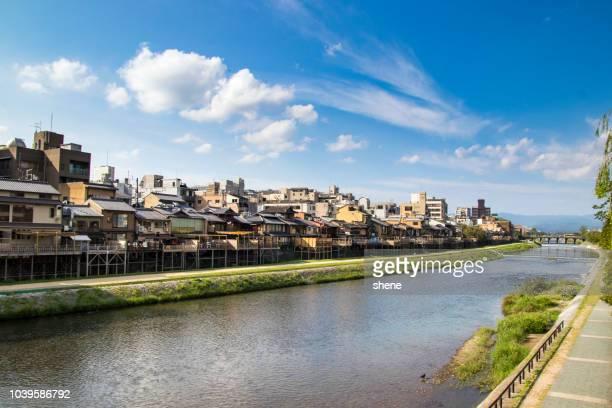 kamo river in kyoto, japan - fluss kamo stock-fotos und bilder