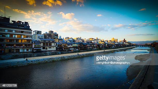 kamo river, kyoto. - fluss kamo stock-fotos und bilder