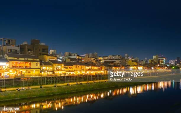 kamogawa river nearby gion at night. - fluss kamo stock-fotos und bilder