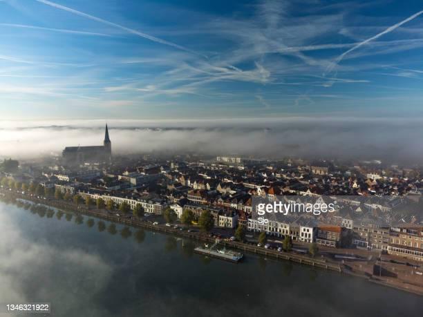 """kampen bovenkerk view at the river ijssel during a foggy sunrise - """"sjoerd van der wal"""" or """"sjo"""" stockfoto's en -beelden"""