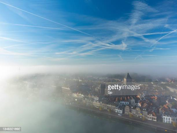 "kampen buitenkerk view at the river ijssel during a foggy sunrise - ""sjoerd van der wal"" or ""sjo"" stockfoto's en -beelden"