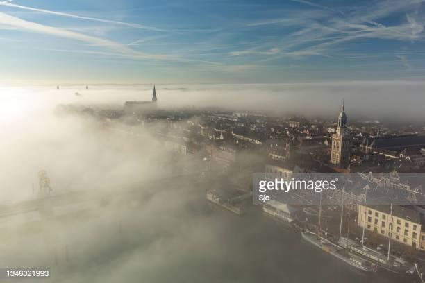 "kampen city view at the river ijssel during a foggy sunrise - ""sjoerd van der wal"" or ""sjo"" stockfoto's en -beelden"