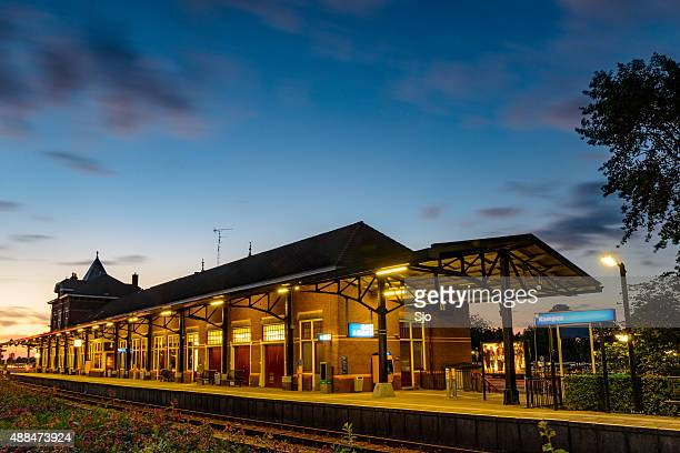 Kampen estação de trem de trem deixando à noite