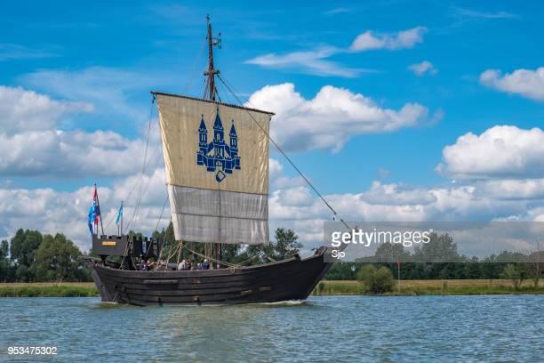 Kamper Kogge, 14e eeuwse Hanzestad handel schip zeilen op de rivier de IJssel
