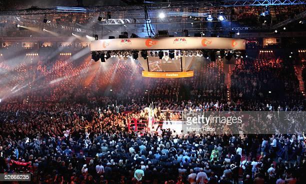 Kampf 2005 im Halbschwergewicht Hamburg 260205 DDariusz MICHALCZEWSKI/POL Fabrice TIOZZO/FRA Color Line Arena