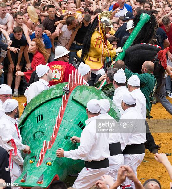 Kampf des Heiligen Geoirg gegen den Drachen Stadtfest Doudou in Mons