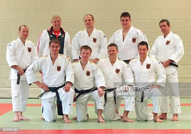 Kampfsport / Judo: NoK Portraittermin, Koeln und Hennef; Maenner; obere reihe v.l.: Bundestrainer Richard TRAUTMANN, Physiotherapeutin Silke KEMMER,...