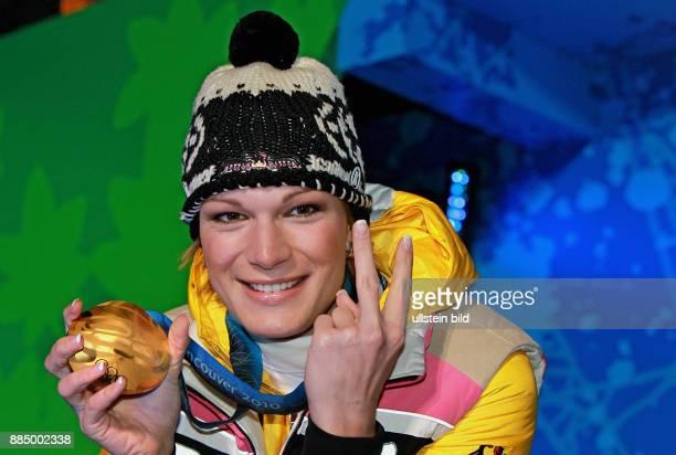 Kanada British Columbia Whistler 21 Olympische Winterspiele Vancouver 2010 Ski alpin Slalom Frauen Maria Riesch praesentiert ihre Goldmedaille