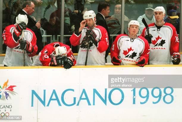 Kanadische Eishockeyspieler stehen am 21.2.1998 enttäuscht und niedergeschlagen hinter der Bande. Kanada verliert im olympischen Turnier in der Big...