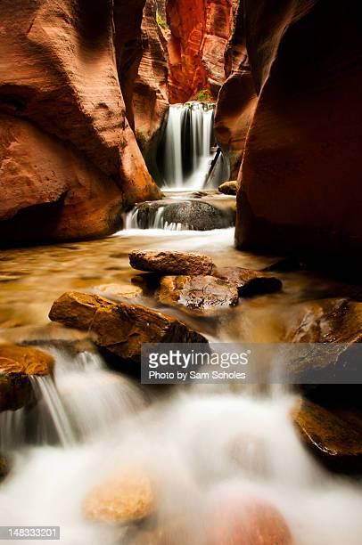 kanarra waterfall - rocha vermelha imagens e fotografias de stock