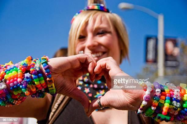 kandi kid girl making a heart with her hands - pulseira - fotografias e filmes do acervo