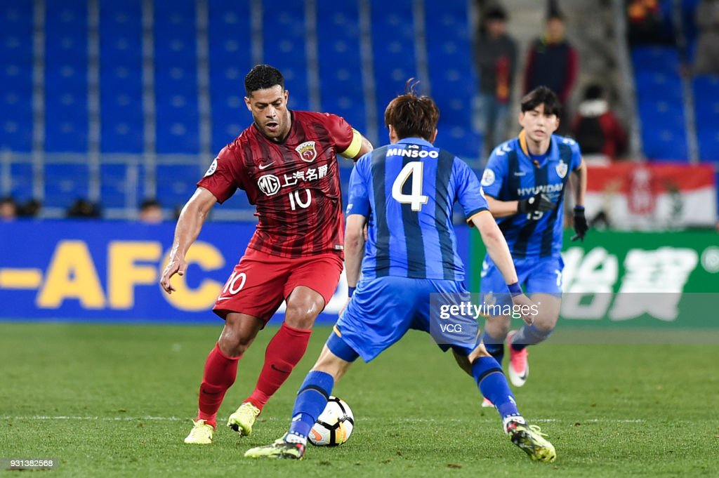 Kang Min-Soo #4 of Ulsan Hyundai and Hulk #10 of Shanghai SIPG compete for the ball during the 2018 AFC Champions League Group F match between Ulsan Hyundai FC and Shanghai SIPG at the Ulsan Munsu Football Stadium on March 13, 2018 in Ulsan, South Korea.