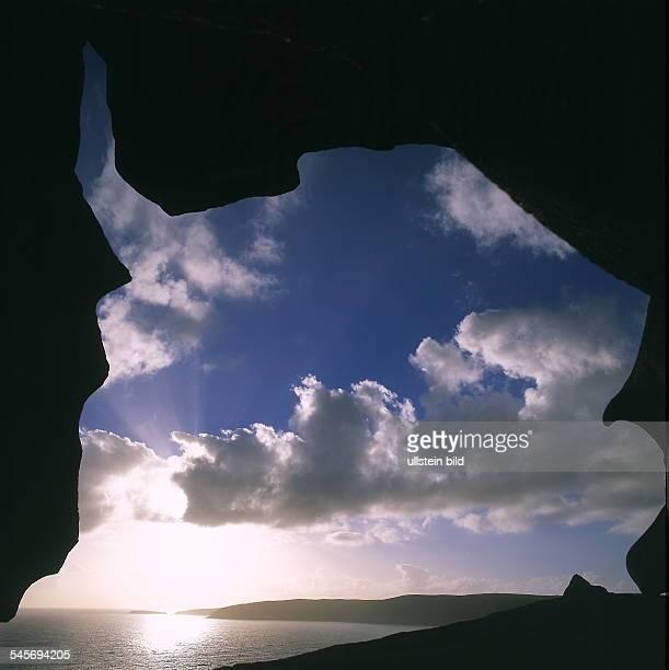 Blick durch eine Felsformation der Remarkable Rocks 2000