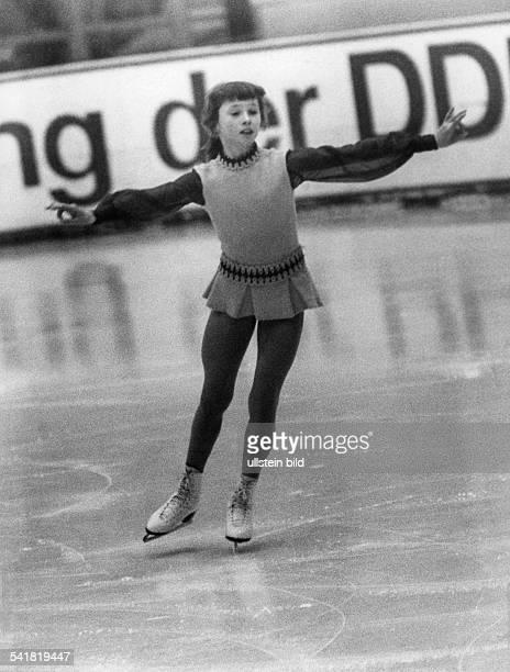Kania Karin *Sportlerin Wintersport Eiskunstlauf Eisschnellauf DDR als jugendliche Eiskunstlaeuferin auf dem Eis bei einer DDRMeisterschft