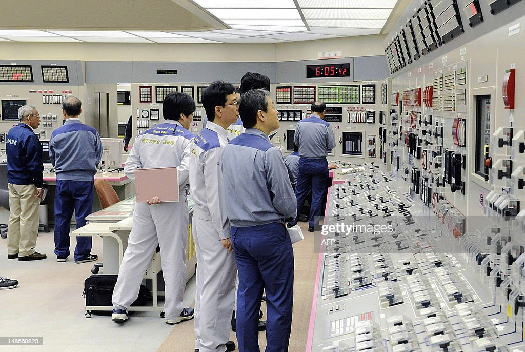 Kansai Electric Power Co (KEPCO) engineers check the readings after Unit No.4 reactor reaches maximum power at the company's Oi nuclear power plant in the town of Oi, Fukui prefecture on July 19, 2012. A second nuclear reactor has begun working in Japan, officials said on July 19, the day after its operator was ordered to examine a possible active tectonic fault directly under the plant. JAPAN OUT AFP PHOTO / JAPAN POOL via JIJI