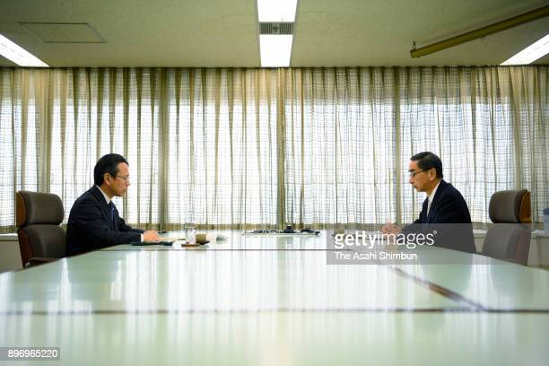 Kansai Electric Power President Shigeki Iwane and Fukui Governor Issei Nishikawa talk during their meeting on the decommission of its Oi Nuclear...