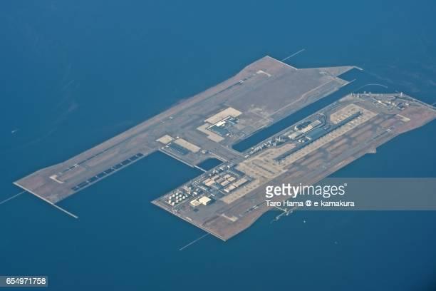 kansai international airport, daytime aerial view from airplane - internationaler flughafen kansai stock-fotos und bilder