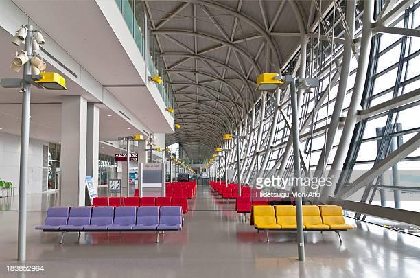 kansai international airport departure lounge - internationaler flughafen kansai stock-fotos und bilder