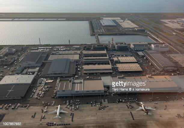 kansai international airport in japan daytime aerial view from airplane - internationaler flughafen kansai stock-fotos und bilder