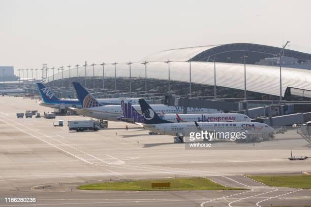 kansai international airport in japan - internationaler flughafen kansai stock-fotos und bilder