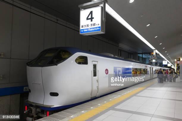 kansai airport express haruka zug in japan - internationaler flughafen kansai stock-fotos und bilder