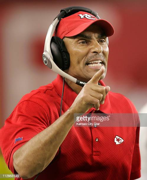 Kansas City Chiefs head coach Herm Edwards pointed to an official disputing whether an Arizona Cardinals receiver had gone out of bounds late in the...